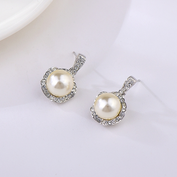 Picture of Famous Medium Artificial Pearl Stud Earrings